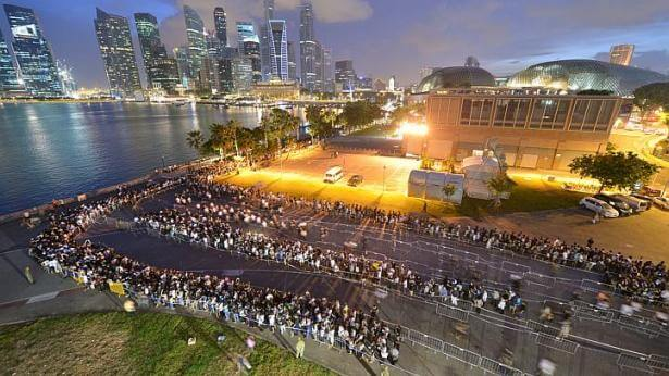 28 March 2015 @7.30pm:The crowd became lesser closer to the 8pm cut-off time. Photo Credit: Straits Time Alphonsus Chern